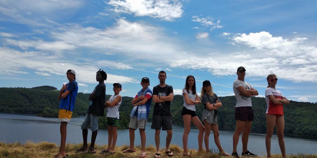 """Petite photo de famille devant le lac """"Le Bès"""" (dans lequel nous nous sommes baignés)"""